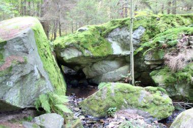Růžďský potok, kamenná brána