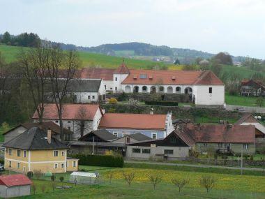 Ujčín, tvrz od východu