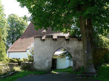 Petrovice, vstupní brána ke kostelu