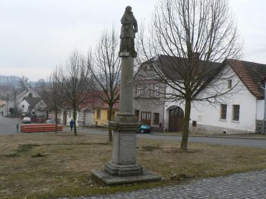 Volenice, náves a socha sv. J. Nepomuckého