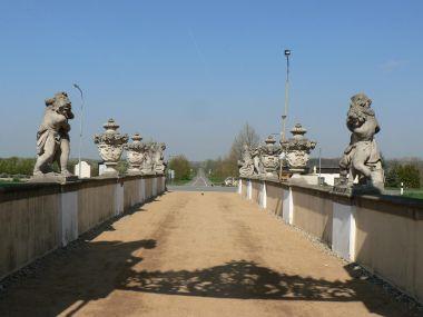 Zámek Milotice, sochy na mostě