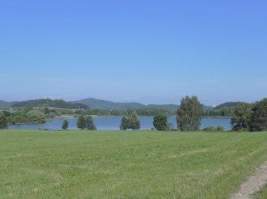 Panský-nezamyslický rybník, v pozadí Rabí