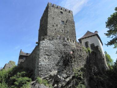 Klenová, hranolová věž ze příkopu