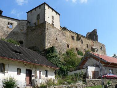Lipnice nad Sázavou, pohled na hrad z obce