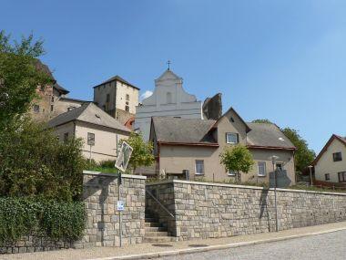 Lipnice nad Sázavou, kostel a hrad z náměstí