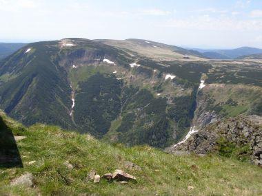 Studniční hora, Úpské rašeliniště, Luční bouda, v pozadí Kotel