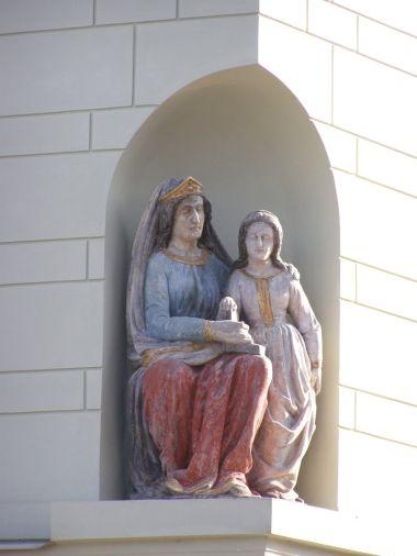 Týnec nad Labem - měšťanský dům čp. 158 se sousoším sv. Anny vyučující Pannu Marii