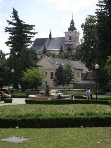 kostel ve Slatinicích z lázeňského parku