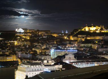 noční pohled na město s hradem