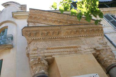 fragmenty antického chrámu