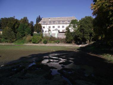 vypuštěný zámecký rybník