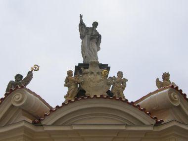 Detail vstupní brány se sochařskou výzdobou