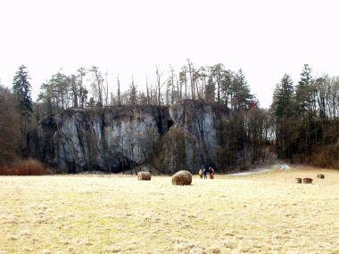 Vápencová skála, na které stával hrad Holštejn