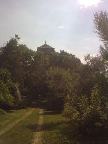 Tuchoraz - ukrytá tvrz v zeleni stromů