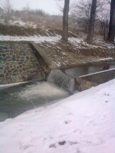 Zimní pohled na splávek u cesty mezi Brankovicemi a Malínkami