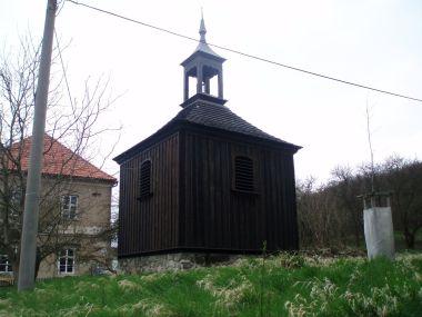 Zvonička vedle kostela