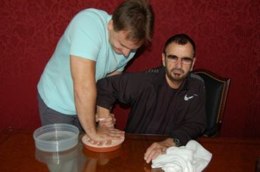 Ringo Starr otiskává dlaň