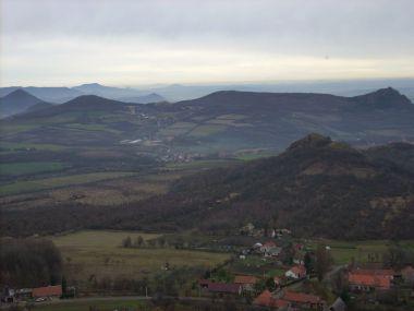 Pohled na okolní vrcholky Českého středohoří