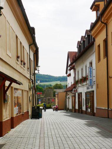 ulice Hornohradební, vzadu hradby v ul. Hrdlořezy