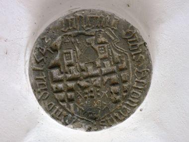 kamenný znak Berouna z r. 1543 v klenbě předsíně