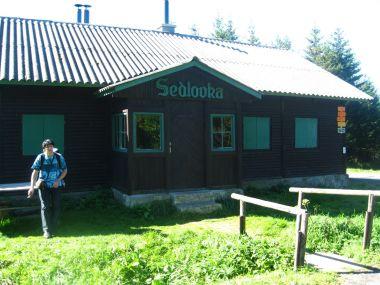 chata Sedlovka mezi Lyrou a Žárovým vrchem