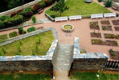 hradní zahrada se záhony růží a bylin