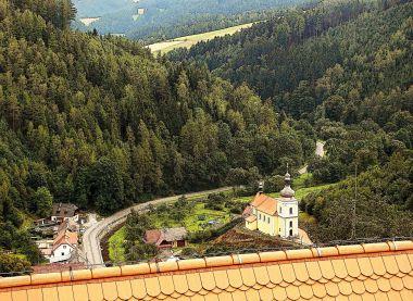 pohled do údolíčka z  vyhlídkové plošiny na hradbách