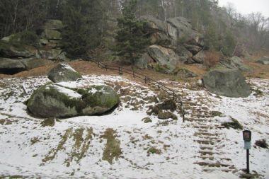 Pohled na Pulčínské skály od Pulčínského potoka