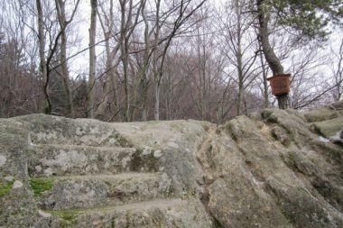 Vrchol Zámčisko- schody vytesané do skály jsou údajně pozůstatkem Pulčínského hradu