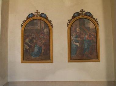 Kostel Jména Panny Marie ve Křtinách: 2. část křížové cesty v ambitu kostela.
