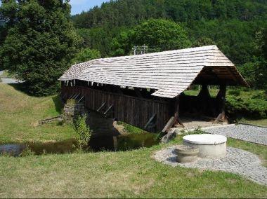 Most přes Svratku.: Krytý trámový most z r. 1718, nejstarší svého druhu na Moravě technická památka.