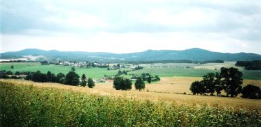 Panorama Novohradských hor (vlevo) a Slepičích hor (vpravo). Foto Oldřich Fencl, uveřejněno se svolením autora.