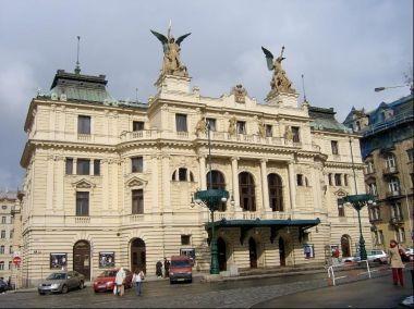 Vinohradské divadlo: Sochařskou výzdobu na terase druhého patra vytvořil Bohumil Kafka: jsou to čtyři alegorie Tragédie, Baletu, Opery a Komedie. Pod střechou je umístěn znak Královských Vinohrad.