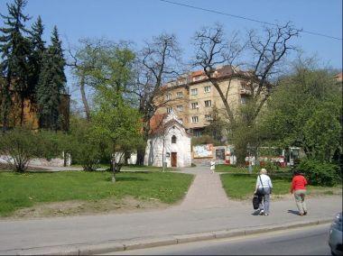 Z Plzeňské ke kapličce: Pohled z Plzeňské ulice ke kapličce Nanebevzetí Panny Marie