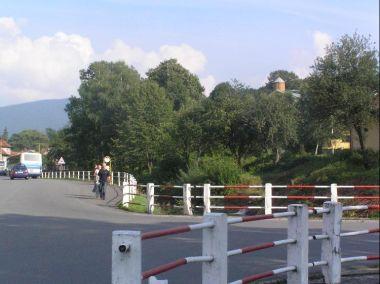 Křižovatka: Křižovatka směrem Frenštát pod Radhoštěm-Kunčice pod Ondřejníkem, v pozadí  místní moderní kostel