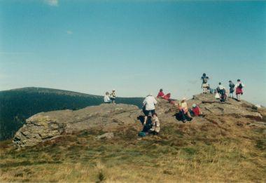 Červená hora - na vrcholové skále (v pozadí hora Keprník)