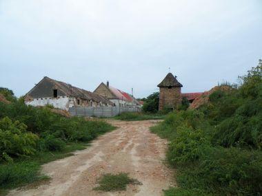 Zase mizí některé historické budovy. Zůstává tu zatím sirotek.