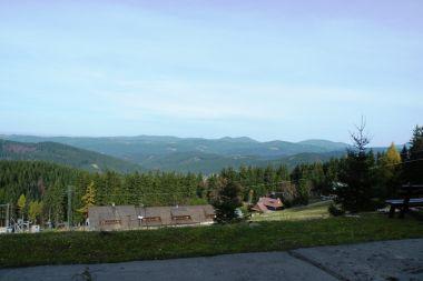 Kasárne z terasy horské chaty Javorka