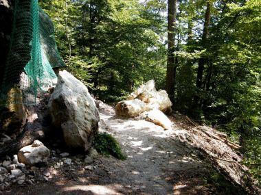 pozor, padá kamení