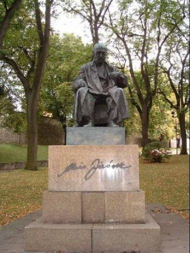 Pomník Aloise Jiráska: V parku pod zámkem