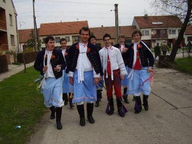 Mutěnice, lidové tradice: Chlapci z Mutěnic o velikonocích roku 2006