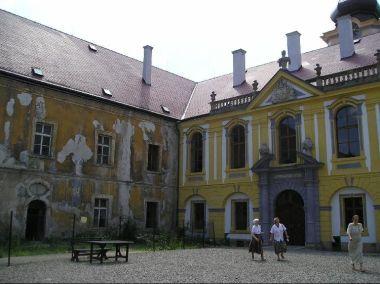 Děčínský zámek: Rozhraní západní (opravené) a jižní strany