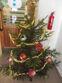 gymnázium. detail budovy. detail budovy. vianočný stromček 6b9cfd89f8